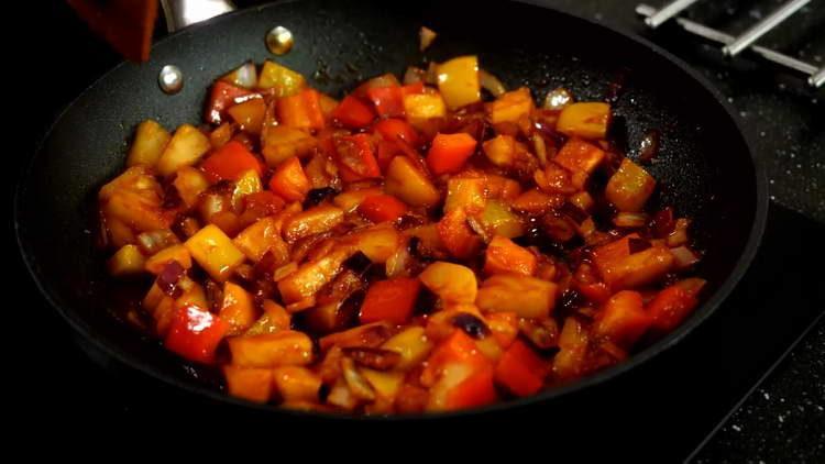 перемешиваем овощи в сковородку