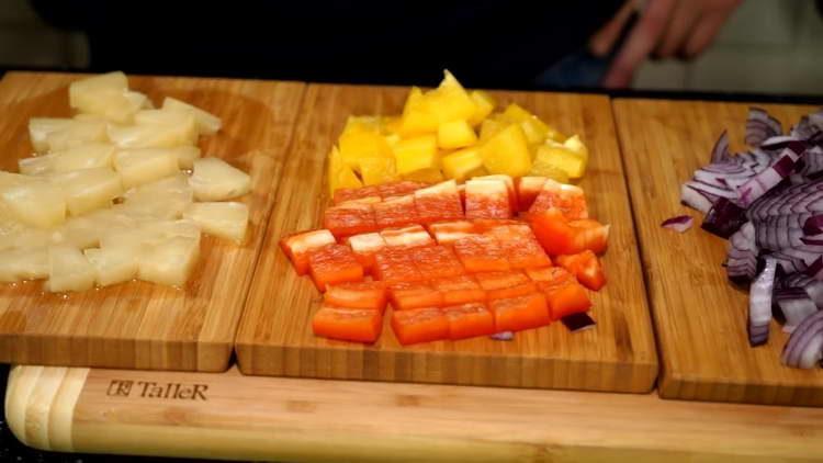 кубиками нарезаем овощи