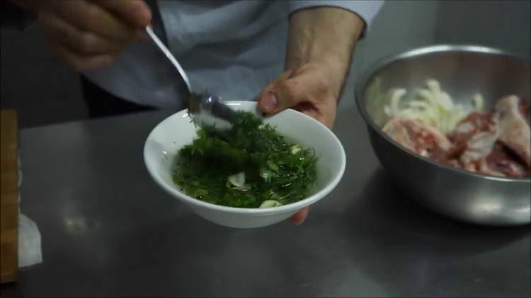 смешиваем зелень и чеснок