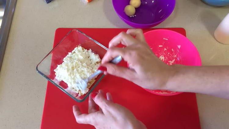 на крекер выкладываем яйцо с майонехзом