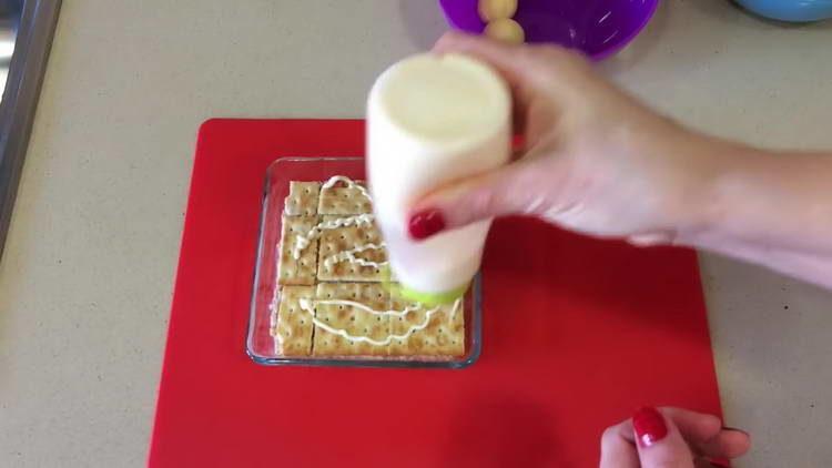 смазываем крекер майрнезом