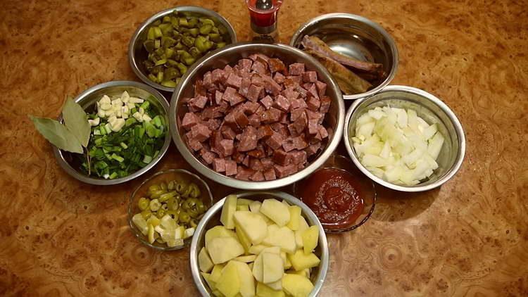 нарезаем соленые огурцы, картошку