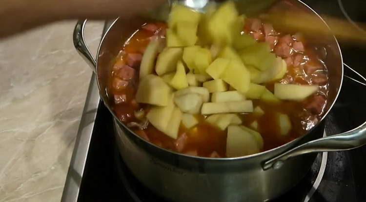 высыпаем в кастрюлю картошку
