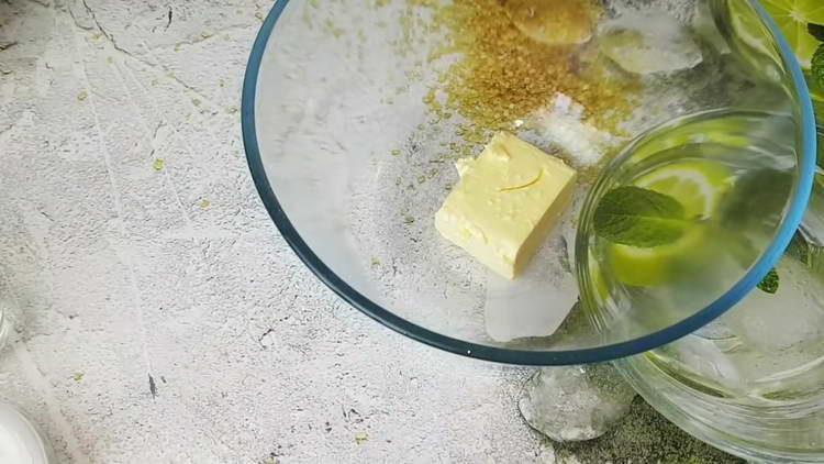 выкладываем сливочное масло в миску