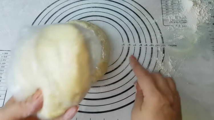 делим тесто на две части