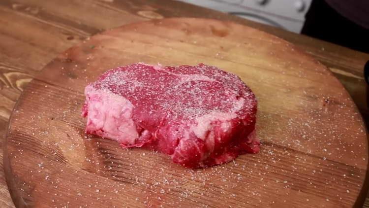 солим и перчим стейк