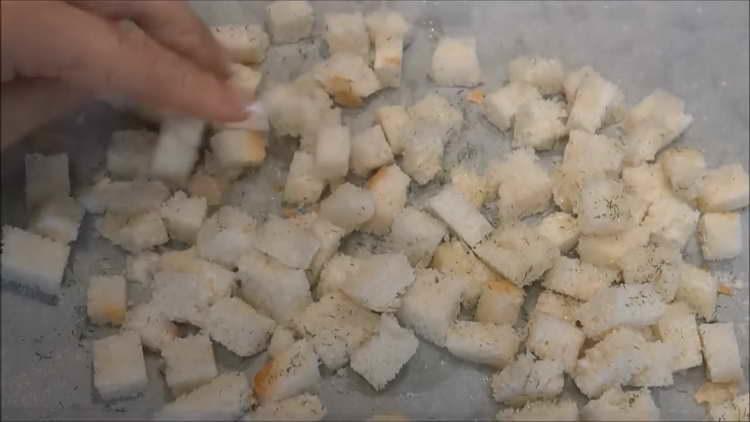смешиваем сухарики со специями и маслом