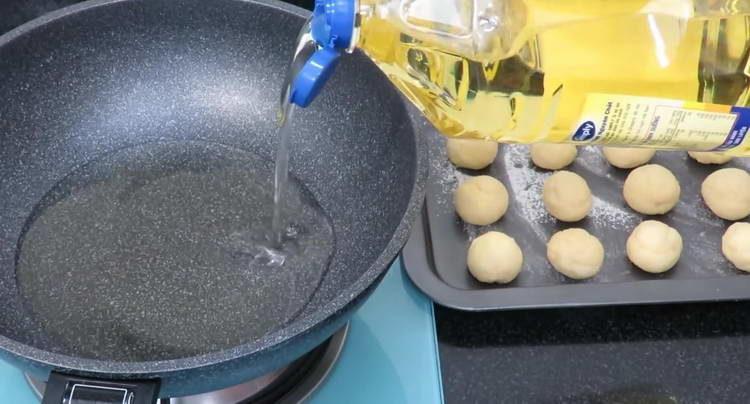 в сковородку наливаем много масла