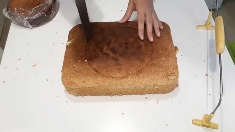 вырезаем из бисквита корж
