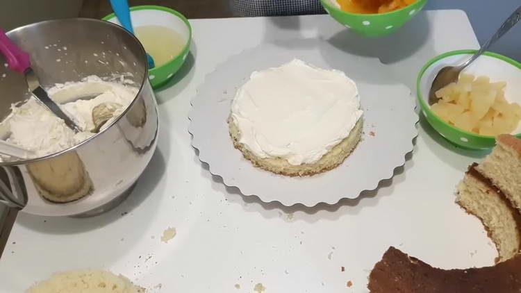 смазываем корж кремом