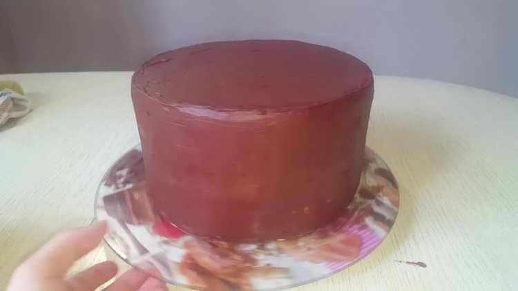 смазываем торт шоколадом