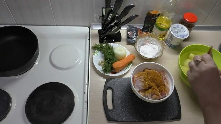 Как готовится тушеная картошка с курицей