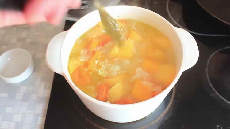 вынимаем лавровый лист из супа