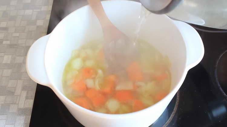 вливаем в овощи кипяток