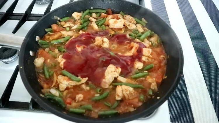 отправляем в сковородку томатную пасту