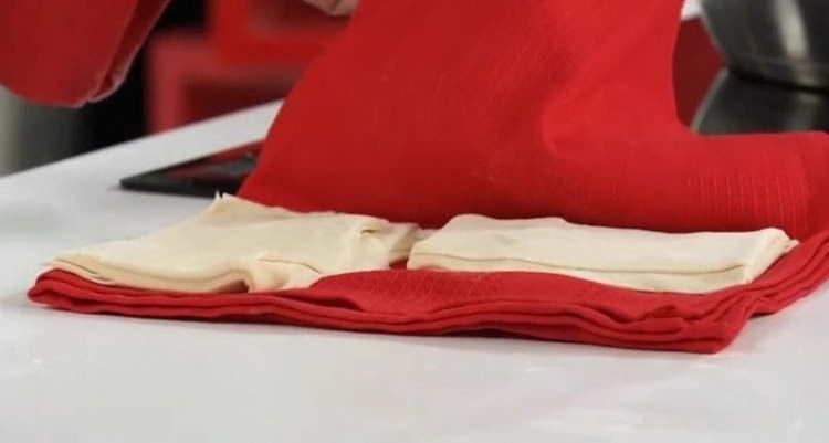 заворачиваем тесто в полотенце