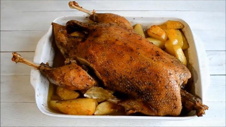 Запеченный гусь с картофелем и яблоками в рукаве, в духовке, целиком.