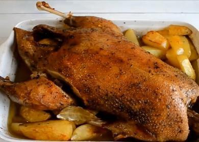 Запеченный гусь с картофелем 🥝 и яблоками в рукаве, в духовке, целиком