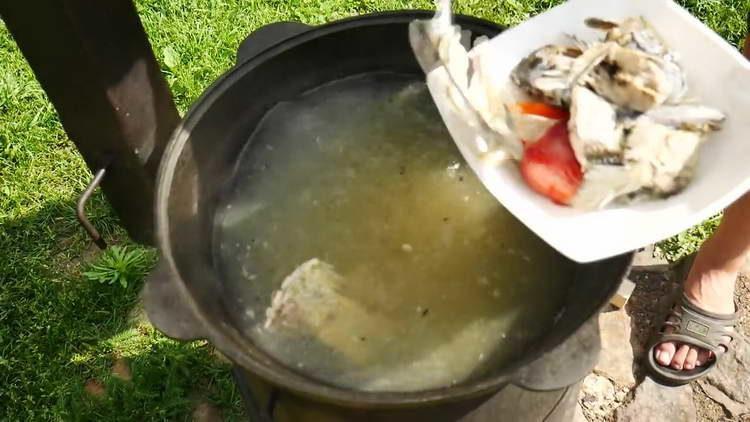 достаем из ухи овощи и рыбу