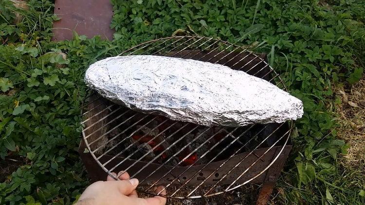 выложите рыбу на гриль
