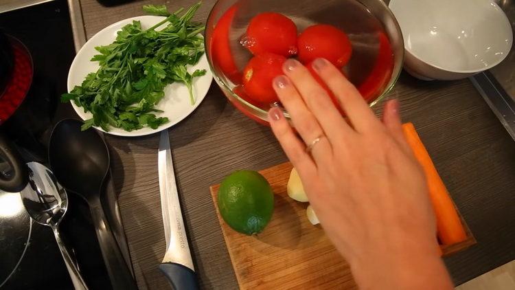 Подготовьте помидоры