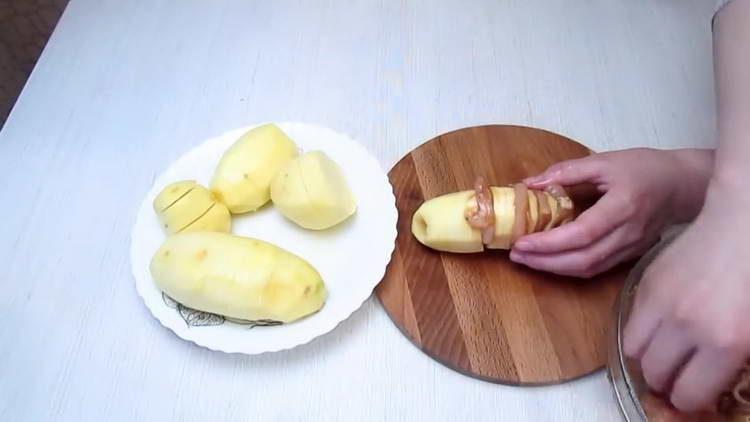 выкладываем филе в картошку