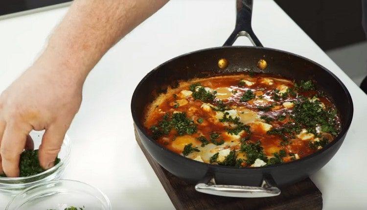 При подачи шакшука, приготовленная по такому рецепту, обычно посыпается измельченной зеленью.