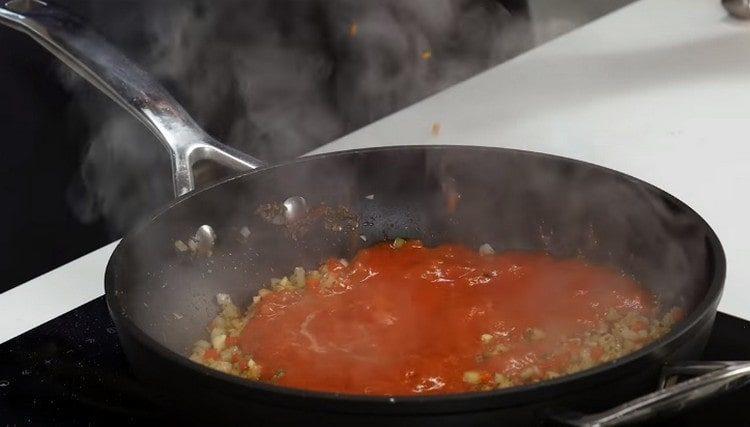 Выливаем на сковороду измельченный пр помощи блендера помидор.