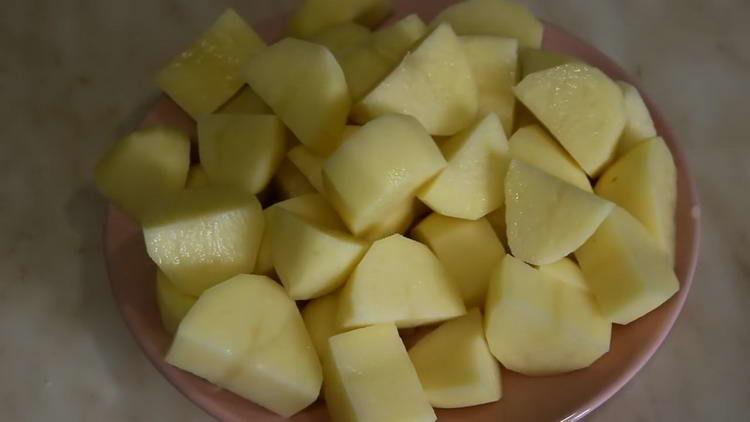 дольками нарезаем картошку