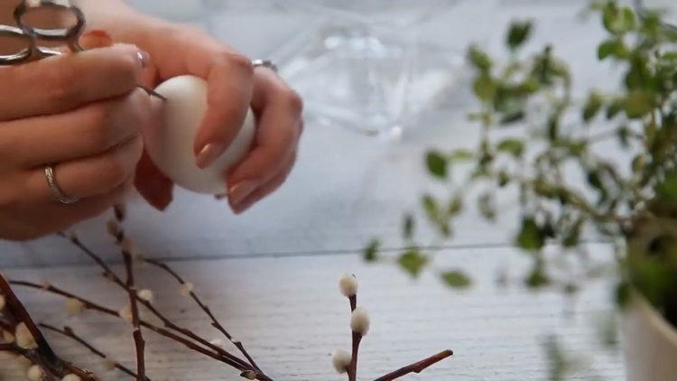сделайте отверстие в яйце