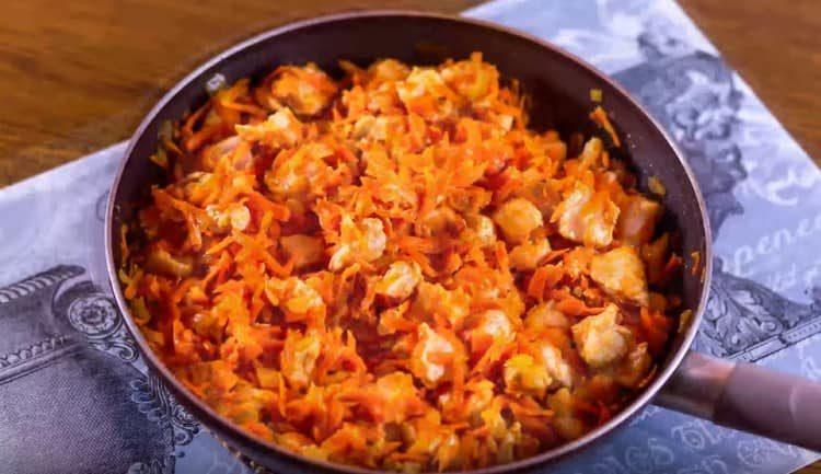 Солим, перчим овощи с курицей.