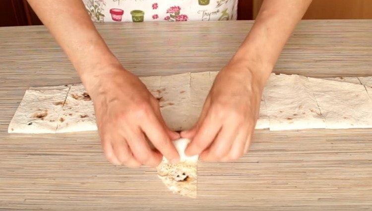 Нарезаем лаваш на кусочки, крайние из них можно свернуть рулетиком.