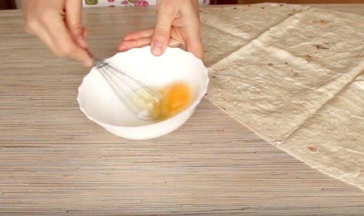 Слегка взбиваем подсоленное яйцо.