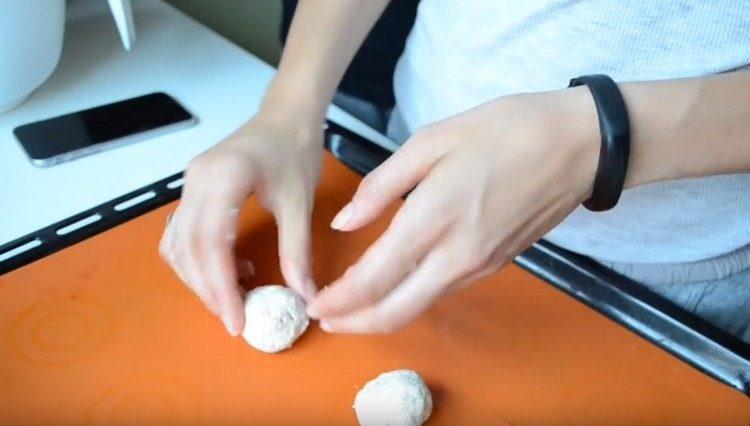 Из теста скатываем шарики и выкладываем на противень.