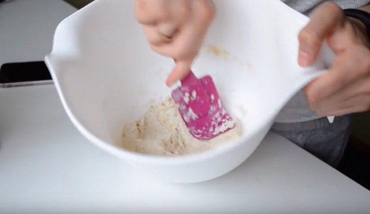 Добавляем овсяную муку в массу из банана и творога и перемешиваем тесто.