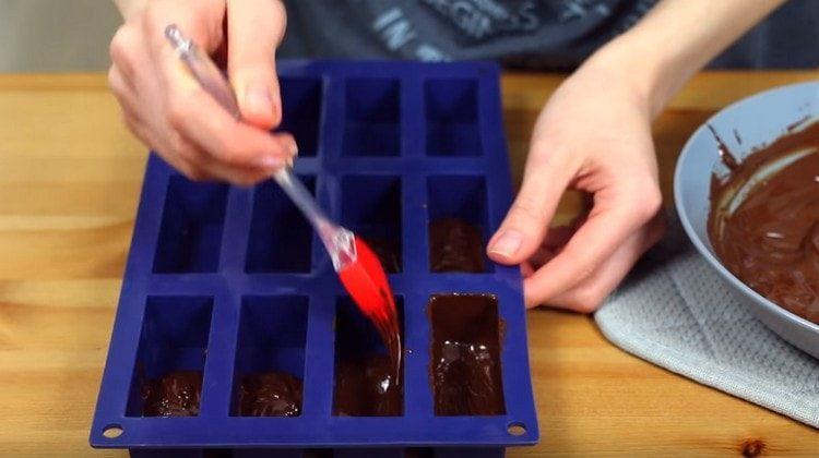 Формочки для сырков смазываем шоколадной глазурью.