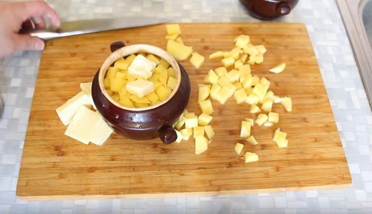 Добавляем в каждый горшочек кусочек масла.