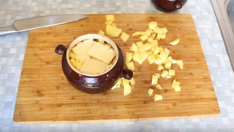 Поверх масла добавляем несколько кусочков сыра.