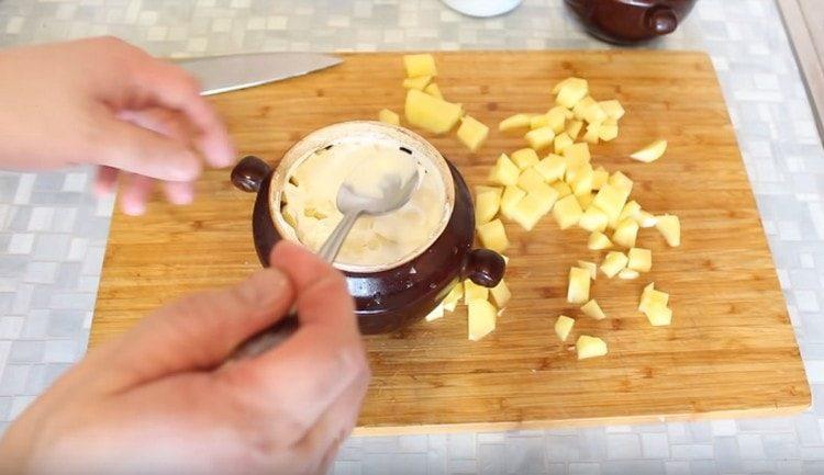 Смазываем поверхность блюда майонезом.