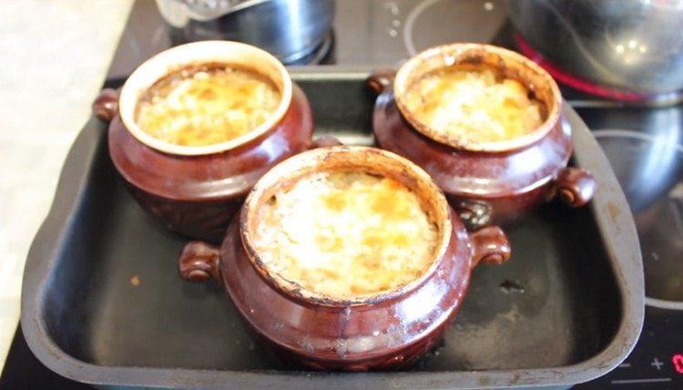 Говядина в горшочках, приготовленная по этому рецепту, получается очень вкусной и сытной.