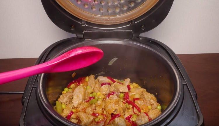 Говядина с овощами в мультиварке готовится быстро, просто и получается очень вкусной.