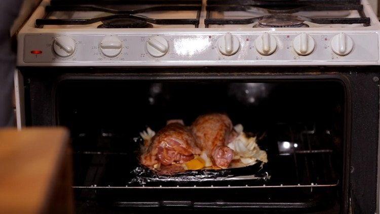 Ставим противень с мясом птицы в духовку.