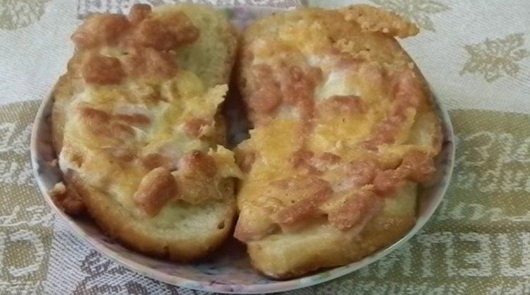 Вот такие простые и вкусные горячие бутерброды с колбасой и сыром можно приготовить в считанные минуты.