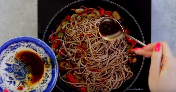 Лапшу выкладываем на сковороду к овощам с грибами, добавляем соус.
