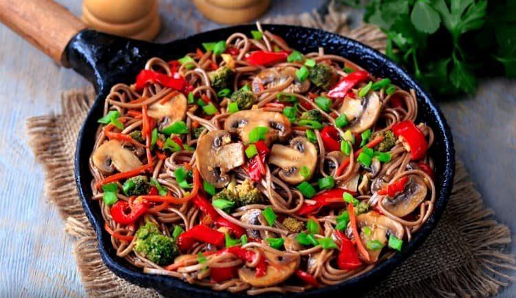 Гречневая лапша по такому рецепту это замечательное полноценное блюдо.