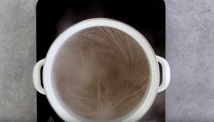 Отвариваем гречневую лапшу в кипящей воде.