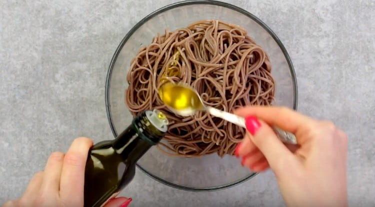 Заправляем промытую лапшу кунжутным либо оливковым маслом.