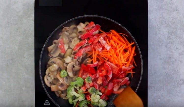 Добавляем к грибам натертую на корейской терке морковь, другие овощи по желанию.
