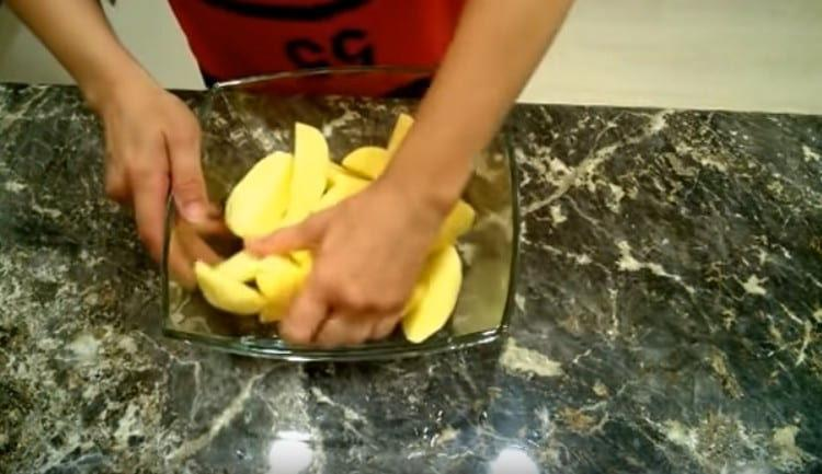 Перемешиваем картофель, чтобы масло хорошо распределилось.