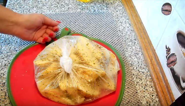 Выкладываем картошку в пакет и добавляем специи, перемешиваем.